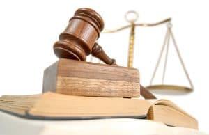 Livres de lois et marteau en bois