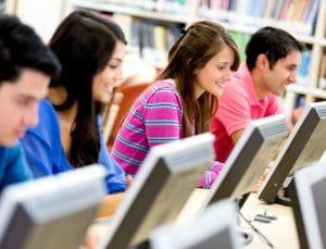 Des étudiants sur des ordinateurs