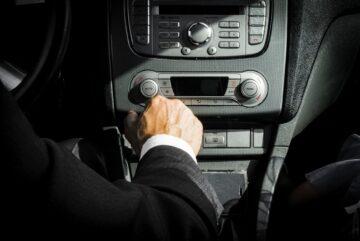 un chauffeur au volant