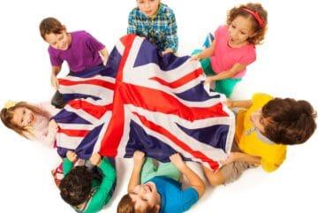 des enfants portant un drapeau anglais