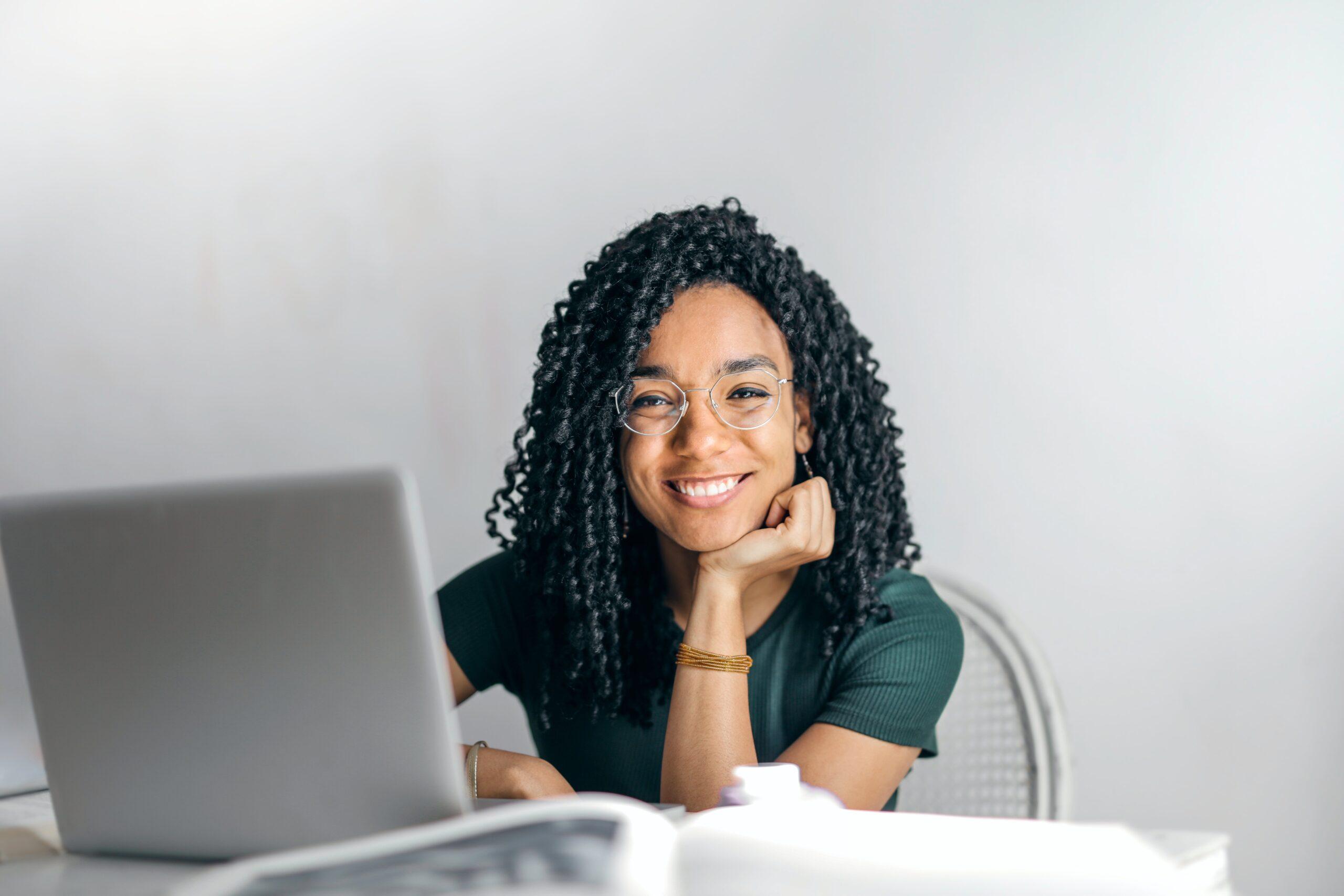 jeune étudiante femme souriante devant ordinateur