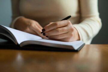Jeune femme qui écrit une lettre