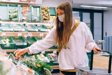 jeune femme étudiante cheveux longs remplit son panier de course